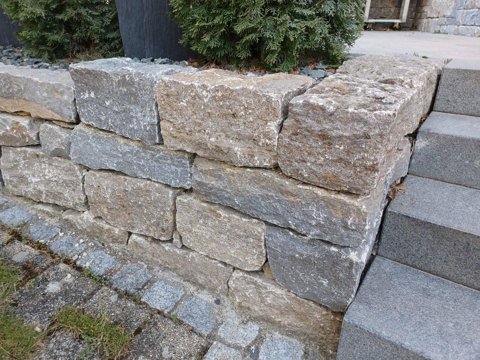 Natursteinmauer und Blockstufen
