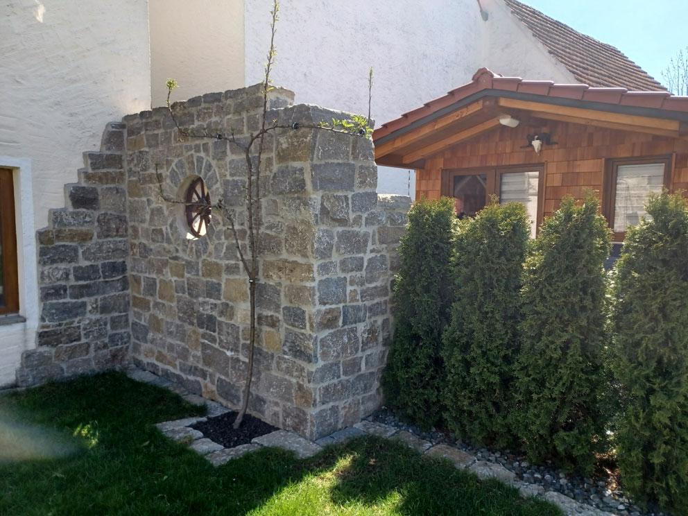Natursteinmauer und Verblender