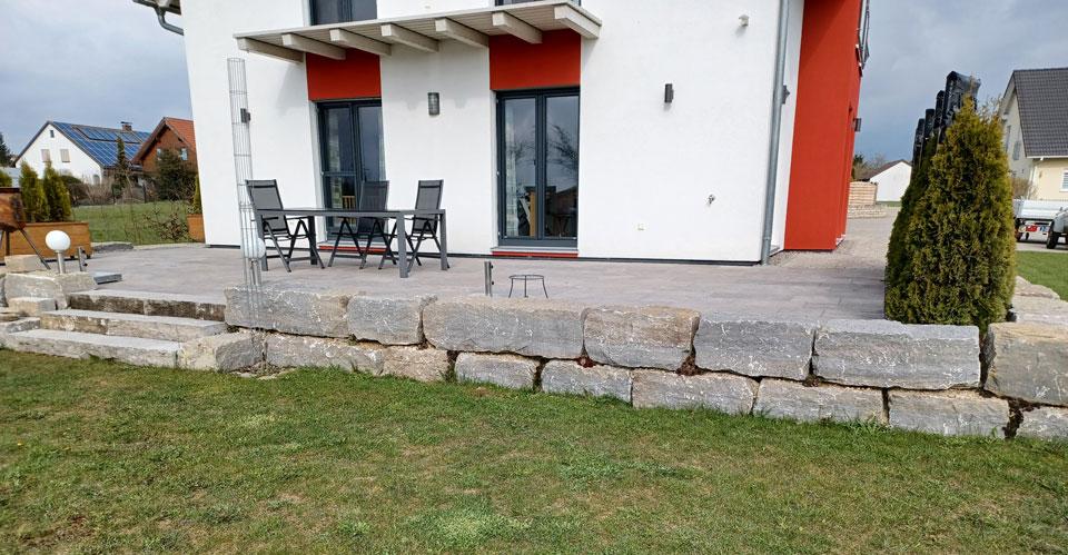 Natursteinmauer um Terrasse
