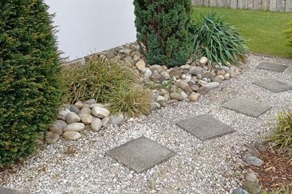 Kiesfindlinge und Granitbodenplatten